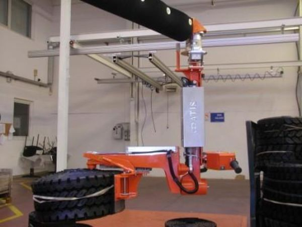 Manipulator with clamp gripping tool for rubber tyre rolls, provided with 0-90° tilt