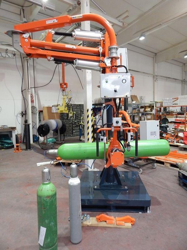 Manipolatore pneumatico a braccio rigido ATISmirus 200 con sistema di presa a  pinza per bombole gas R140205
