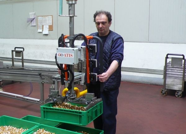 Manipulator with clamp gripping tool for plastic containers