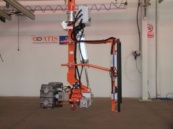 Manipulator ATISmirus 300 with clamp tool for truck intercooler 01