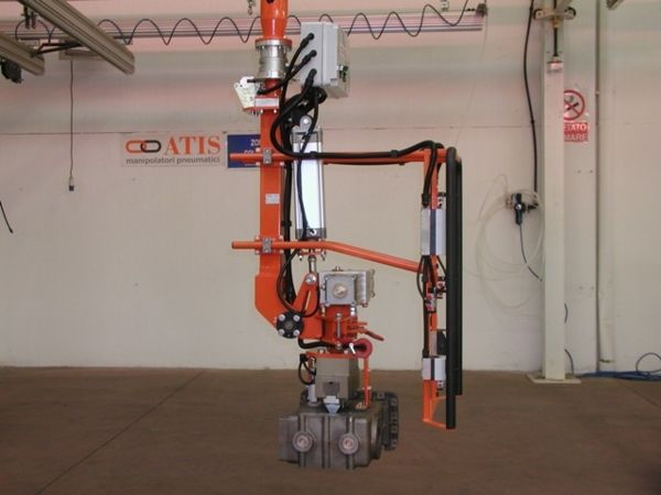 Manipulator ATISmirus 300 with clamp tool for truck intercooler 04