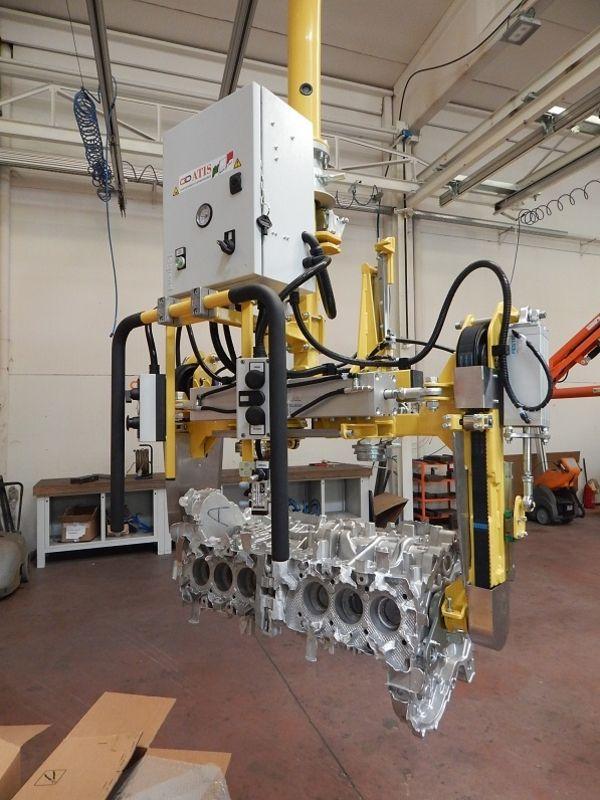 Manipolatore ATISmirus 200 con pinza pneumatica per blocco motore in fonderia R140026
