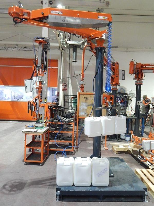 Taniche in plastica, gancio di presa su manipolatore industriale e bilanciatore ATISacer 80 R140247