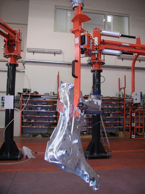 Manipolatore industriale pneumatico ATIS con attrezzo pneumatico per lamiere in lastratura R 130175