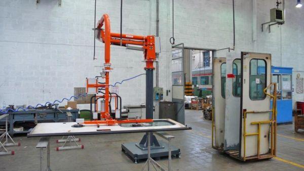 Manipolatore pneumatico bilanciatore di carichi per la manutenzione delle porte treni